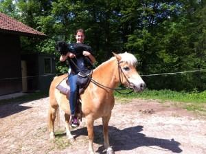 Freddy musste auch aufs Pferd